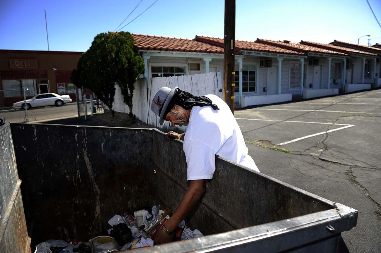 Fattiga människor i Barstow letar bland soporna efter tomglas