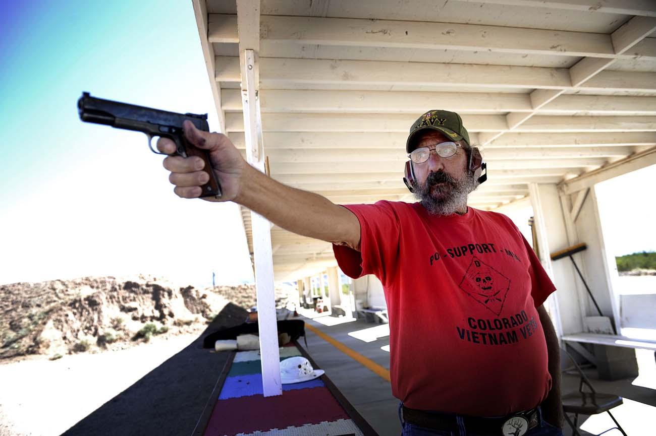 Cliff Owens med sin Colt 45:a
